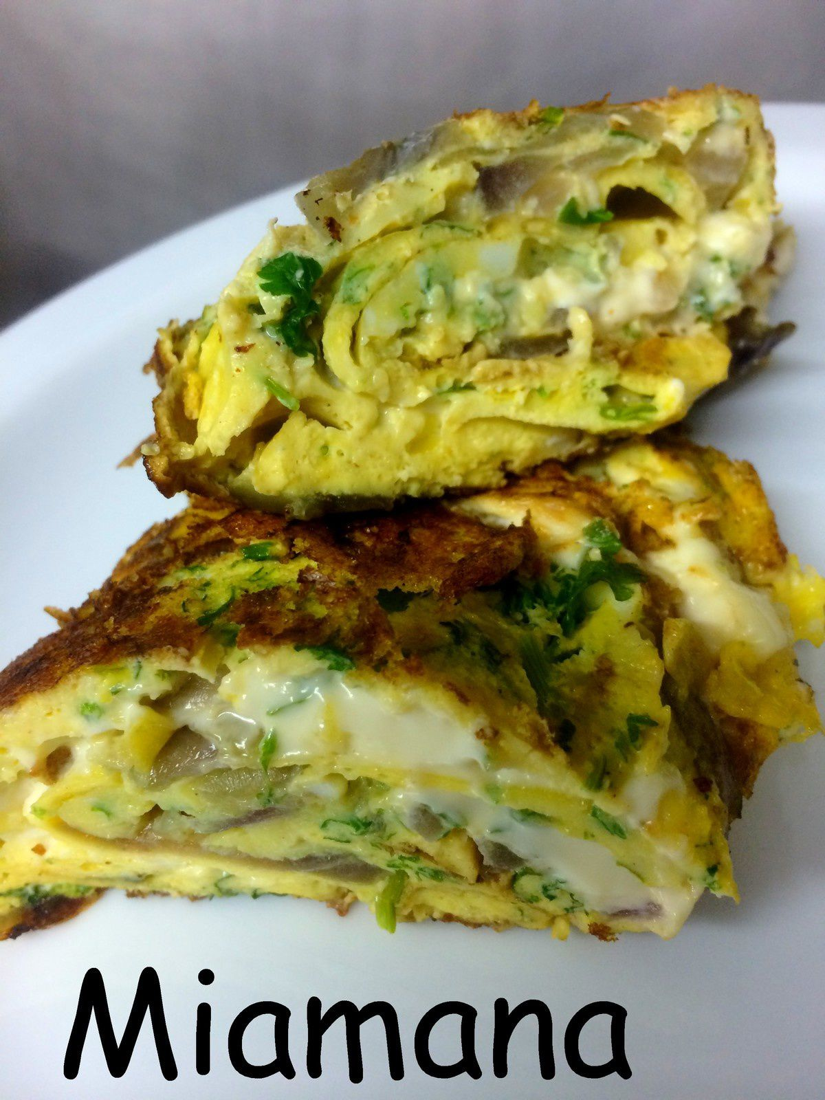 Omelette roulée aux herbes et fromage