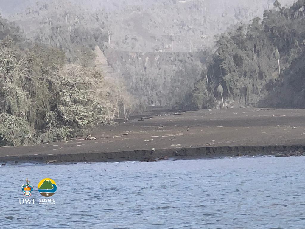 Soufrière de St. Vincent 13.04.2021 - Courant de densité pyroclastique ayant emprunté la Wallibou river jusqu'à la mer - photo Thomas Christopher, MVO