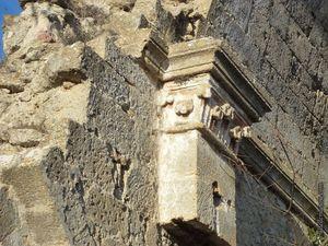 Quelques vues de l'intérieur de l'église Saint Jacques de Vernègues en ruine