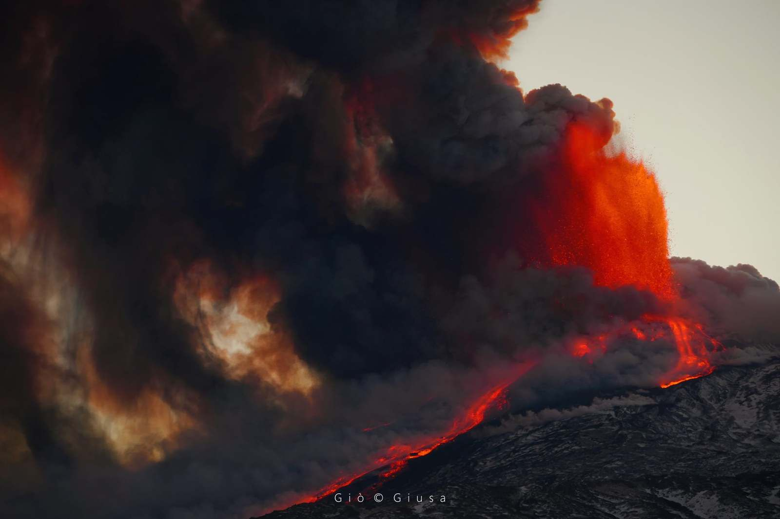 Etna SEC - lava fountain, flow towards the Valle del Bove and loaded plume - photo 02.16.2021 Gio Giusa