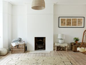 Une maison en blanc et bois clair