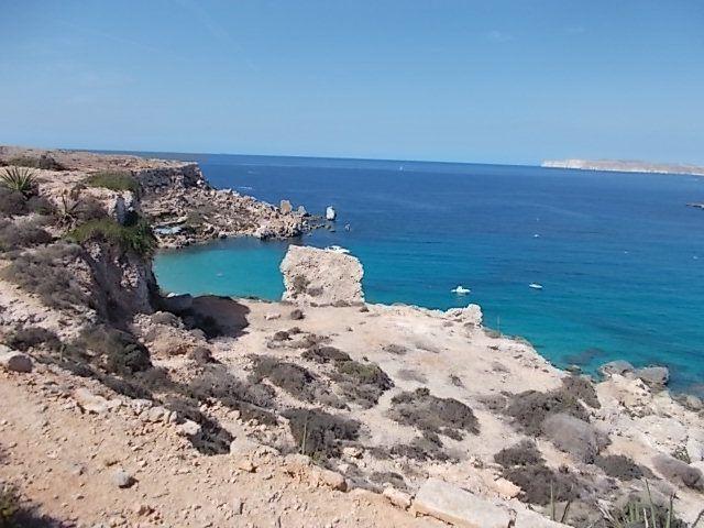 l'eau de consommation est obtenue par dessalement de l'eau de mer par un procédé d'osmose inverse (en anglais reverse osmosis donnant lieu au jeu de mots le plus connu à Malte : la plus grande rivière de Malte est la River of Moses - la rivière de Moïse).