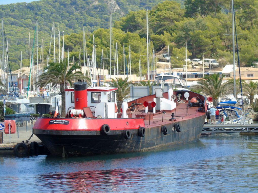 SAINT CHRISTOPHE , navire citerne pour le ravitaillant de l'ile de Porquerolles et des iles du levant , à quai à Porquerolles  le 05 septembre 2018  , ravitaillement en cours