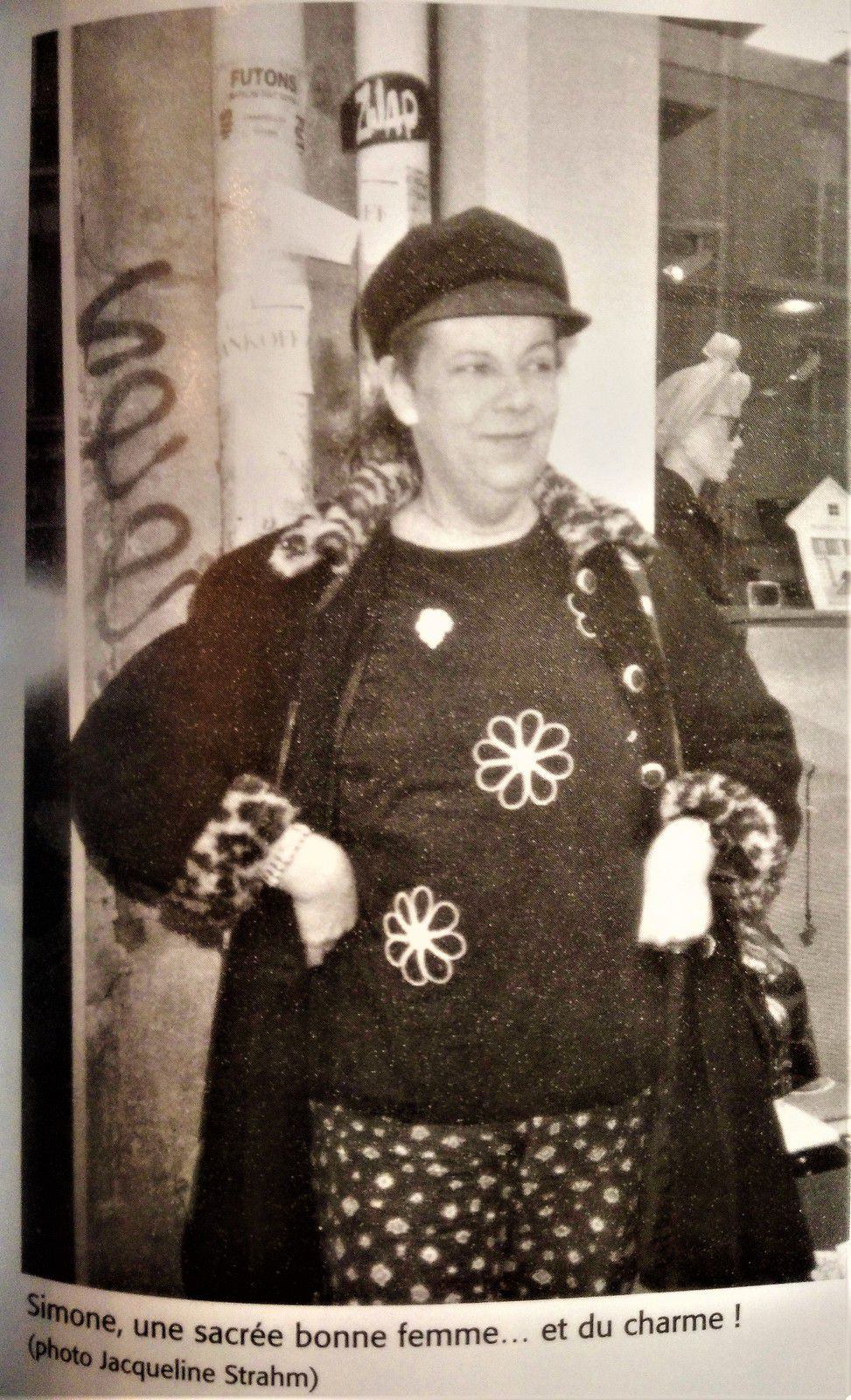 """Cliché pris de Simone à Montmartre par Jacqueline Strahm et publié dans son livre """"Montmartre...Beaux jours et belles de nuit"""" où l'auteure raconte sa rencontre avec Simone (Alain Le Pen à l'état-civil)  en 1991."""