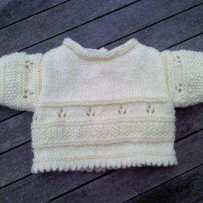 Modèle tricot prématuré vanille fraise : brassière, pantalon, bonnet et petits chaussons