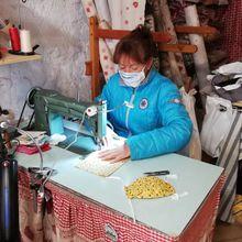Val D'Allos  : solidarité Valérie à fabriqué des masques en tissu avec emplacement pour filtre