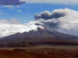 Emissions of Cotopaxi - 8/22/2015  at 3:01 p.m. and 7:26 p.m. UTC - by Sincholagua Webcam  / IG - a click to enlarge.