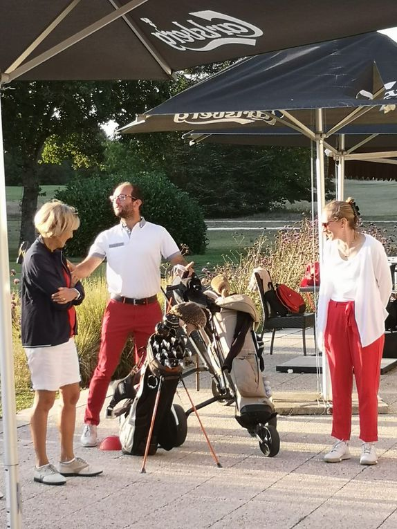 Le Women's Golf Day 2020 pour sa 2ème édition organisé par Femmes 41 pour la promotion du golf féminin s'est déroulé le mardi 1er septembre au Golf du Château de Cheverny. Une vingtaine de participantes ont découvert le golf avec Arnaud et des joueuses du Club en accompagnement et conseils ! Une très belle soirée d'initiation qui s'est terminée par des échanges autour d'un cocktail, un grand merci à Arnaud et à nos sponsors, la Ligue de Golf du Centre-Val de Loire, le Club et l'Association Sportive du Golf de Cheverny avec les encouragements du WGD international sur le compte Instagram @as_golf_cheverny ! Des cours collectifs vont être proposés aux participantes par Arnaud à des conditions préférentielles pour poursuivre cette belle découverte du golf !