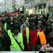 Entourés de nombreux soutiens les grévistes du nettoyage SNCF manifestent à Saint-Denis