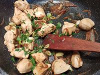 2 - Faire revenir dans une poêle avec un filet d'huile d'olive l'oignon et le gingembre pendant 2 à 3 mn. Ajouter les morceaux de poulet, saler avec le sel aux 5 baies et faire dorer sur toutes les faces. Incorporer la sauce huîtres et la sauce soja sur feu plus doux, recouvrir et laisser cuire pendant 5 à 6 mn. Ajouter les herbes fraîches en fin de cuisson et servir aussitôt accompagné de riz.
