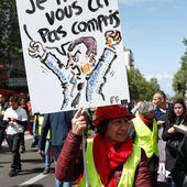 """Deux jours après les annonces de Macron, les """" gilets jaunes """" mobilisés à Paris et Strasbourg"""