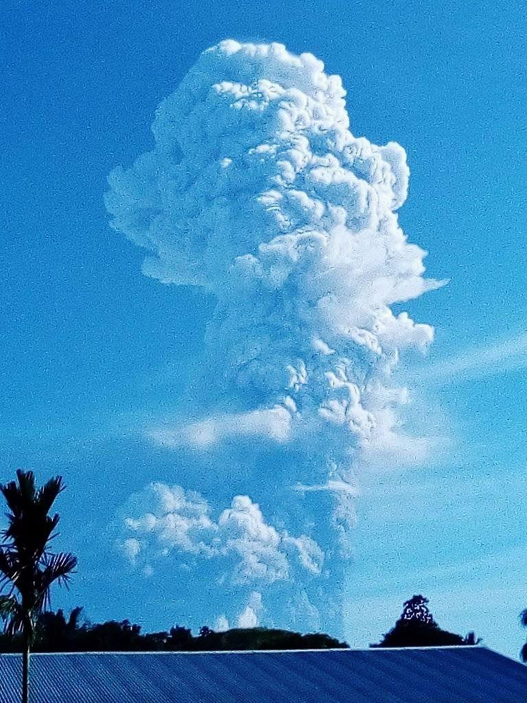 Manam - plume of gas and ash - photo Mangi Tais Agamguar 20.10.2021 / via Shérine France