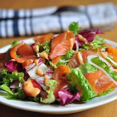 Salad bơ cá hồi xong khói
