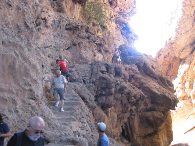 Route pittoresque d'Ouzoud à Marrakech avec au passage une visite, avec guides, au pont naturel de Irni-Ifri. Bivouac au Relais de Marrakech. Température 40°.