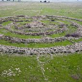 El Hiri Rujm - 42 000 pierres organisées en anneaux concentriques par une race de géants - rusty...