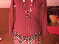 De gauche à droite : 1/ une robe faite avec un pull fin et une jupe à élastique 2/ une robe molleton rafraîchie 3/ une veste customisée