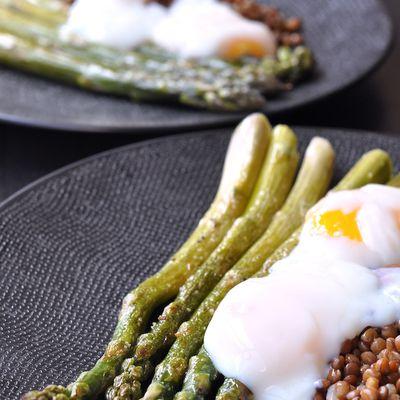 Oeuf parfait sur asperges vertes et lentilles brunes (four vapeur)