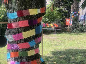 Décoration des arbres et bancs du parc