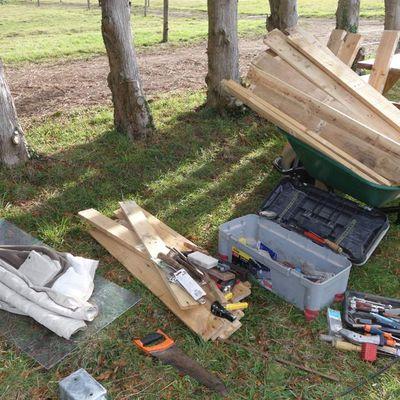 Réalisation d'un poulailler en écoconstruction (bois de palettes et toit végétalisé)