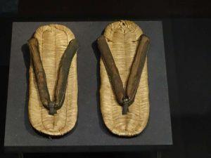 L'équipement du pélerin Japonais au XIX éme siècle ( La derniére photo ce sont les valises d'un voyageur occidental contemporain !... )