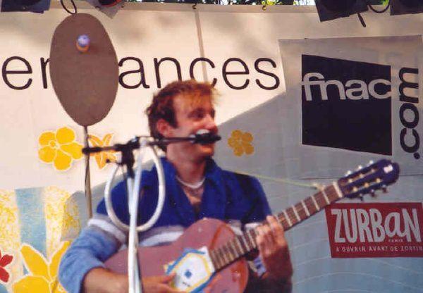 3 artistes vus à Paris plage en juillet 2004 : Aldebert, Gérald Genty et Jérémie Kisling