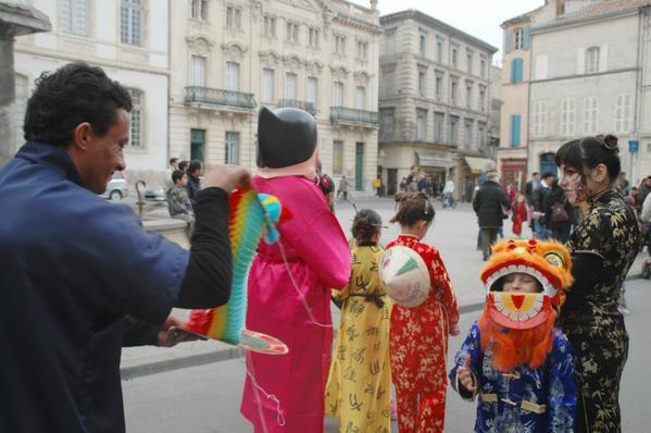 le défilé du nouvel an chinois samedi 17 Février ,pour la première fois en Arles , cette année prés de 250 personnes ont participées à ce coup d'essai ,
