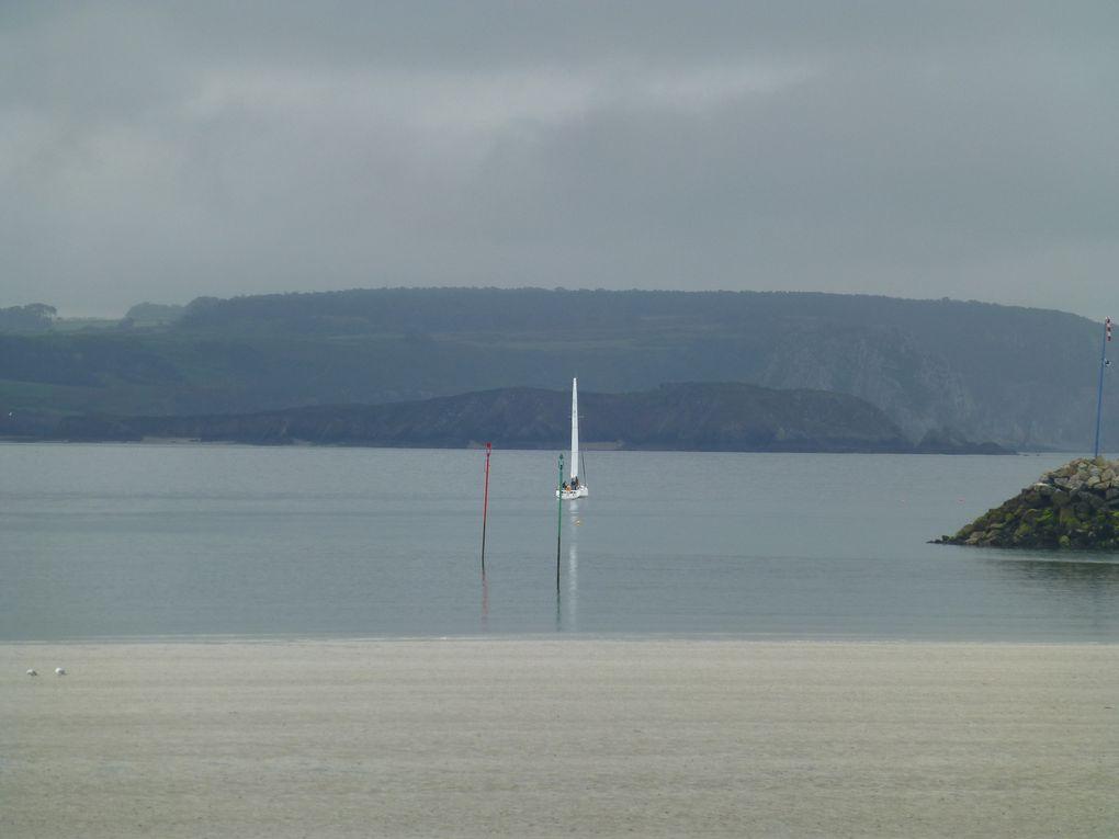 Parfois le vent se calme et il est inutile de sortir les voiles...les nuages sombres permettent d'avoir des images superbes sur les baies.