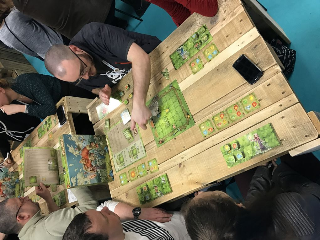 De belles tables de démo et des jeux pour tous les ages