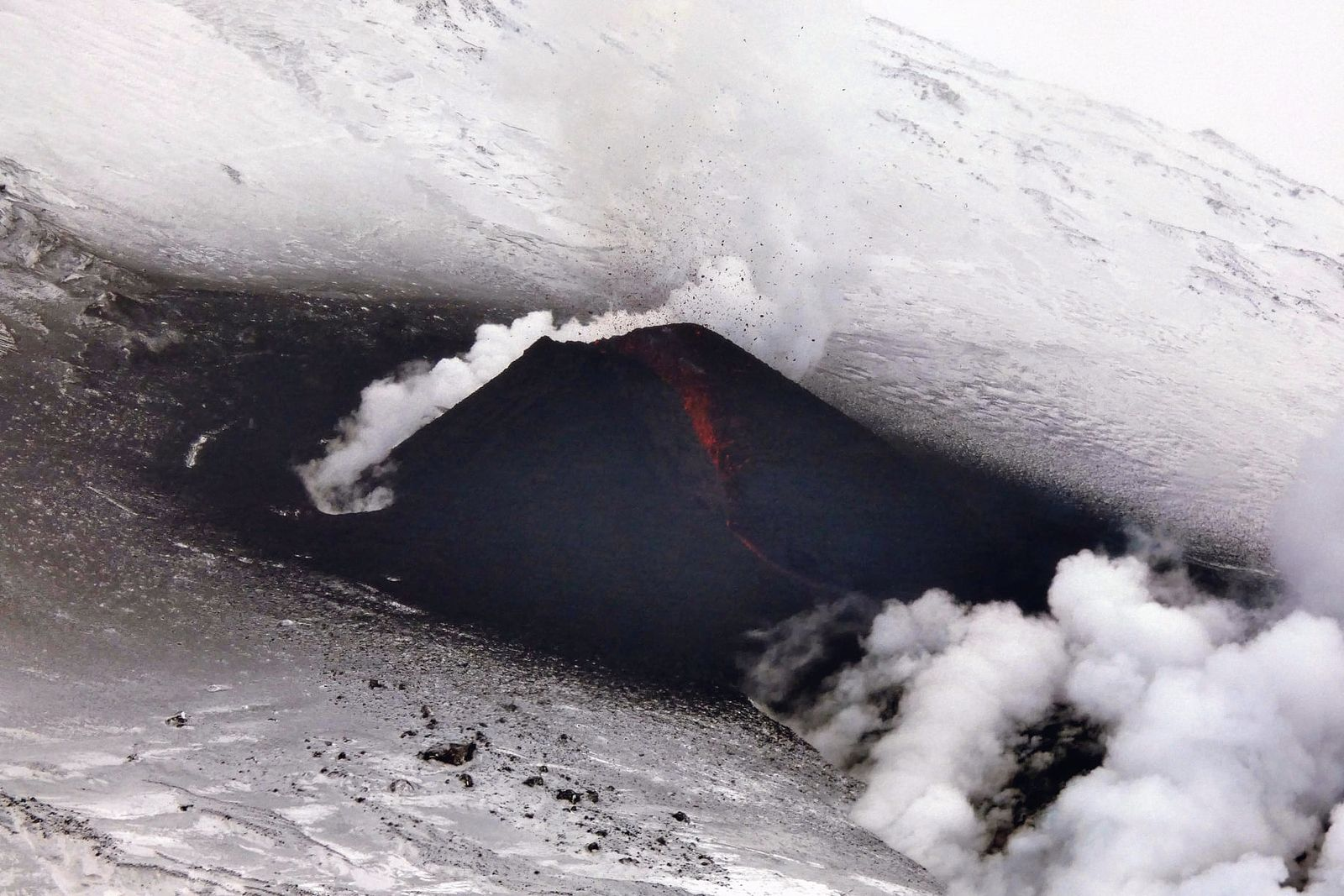 Klyuchevskoy- the growing cinder cone on the active crack of the NW flank - photo Сергей Самойленко / 02.28.2021