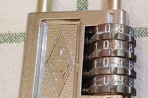 Ouverture d'un cadenas a code a 4 molettes sans code
