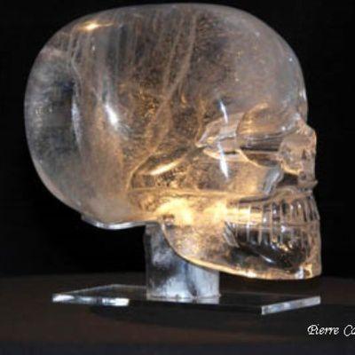 De quand date la légende des crânes de cristal ?