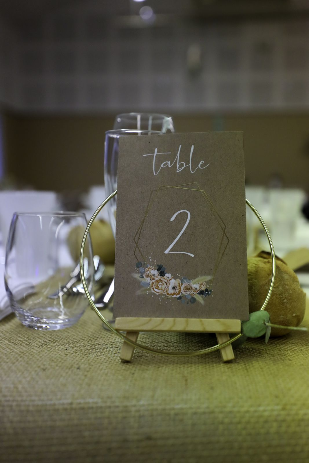 n° de table simple recto 10x15cm impression fond type kraft pampa floral et badges invités #efdcbysoscrap assortis au faire part de mariage