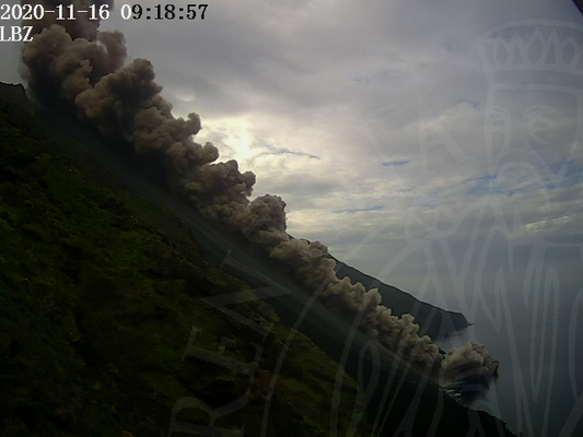 Stromboli - 16.11.2020 / 09h18 - pyroclatic flow in the Sciara del Fuoco - photo LGS