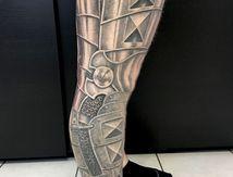 tatouage armure jambe