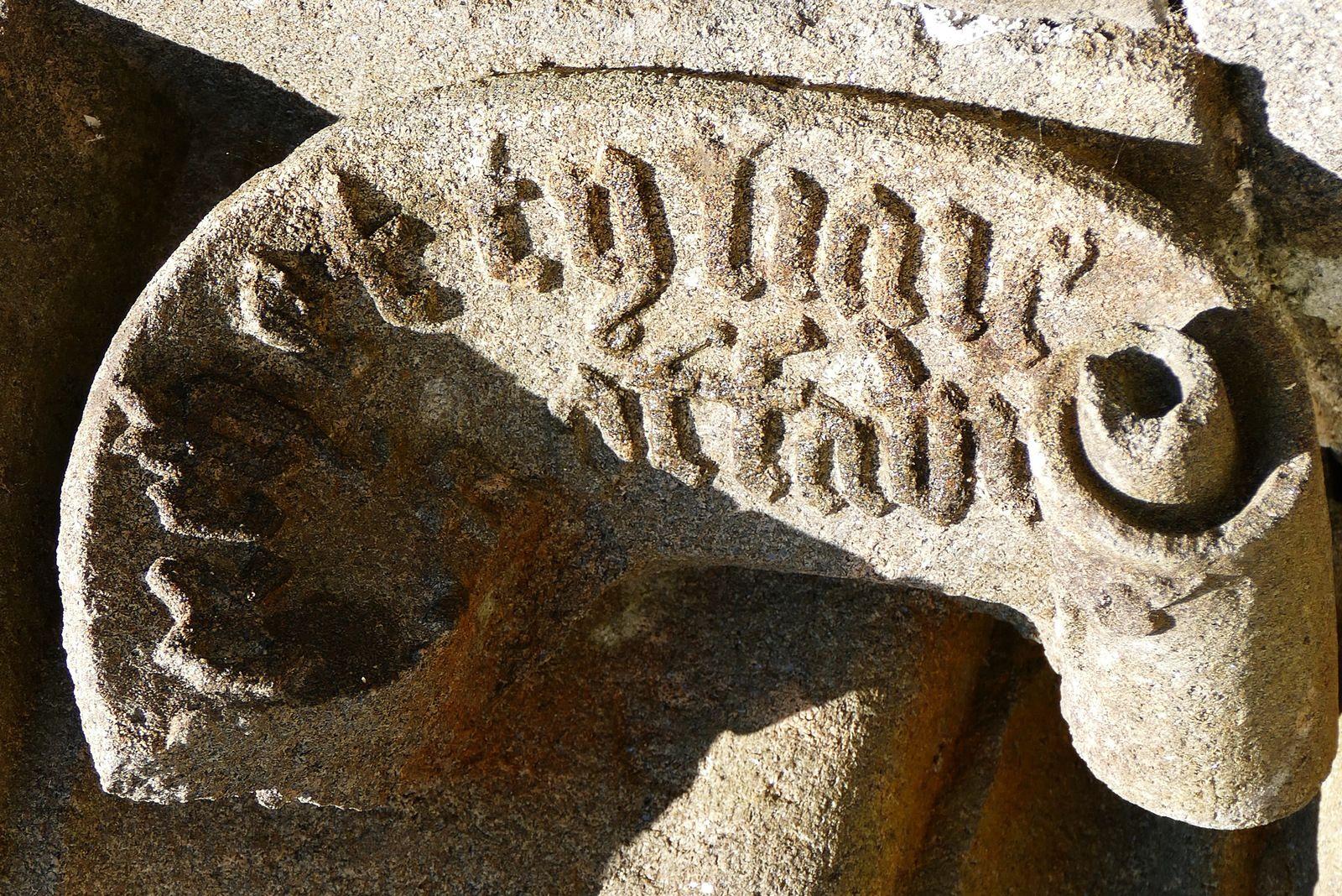 Console de la Vierge à l'Enfant, kersanton, XVe siècle, porche sud de l'église de Pencran. Photographie lavieb-aile.