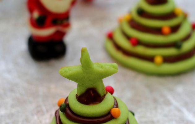 Sapin de Noël en petite pièce montée de biscuits