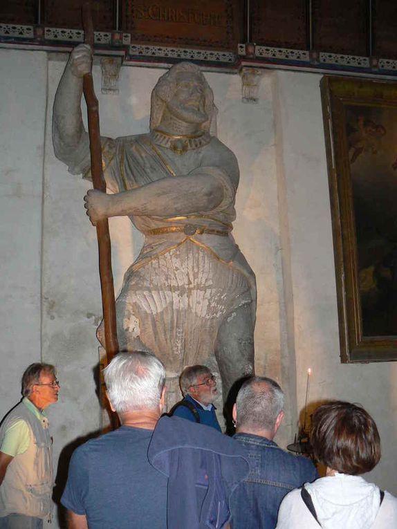 Tout le monde admira la statue gigantesque de Saint Christophe