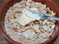 1 - Réduire les biscuits salés Tuc en chapelure grossière et bien y incorporer le beurre ramolli en écrasant avec une fourchette pour réaliser un crumble. Disposer des cercles de cuisine dans des assiettes de service.