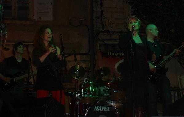"Concert magique sur le podium de ""radio calade""."