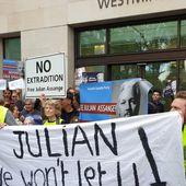 «Un héros de la vérité»: des Gilets jaunes soutiennent Assange devant le tribunal à Londres (VIDEOS)