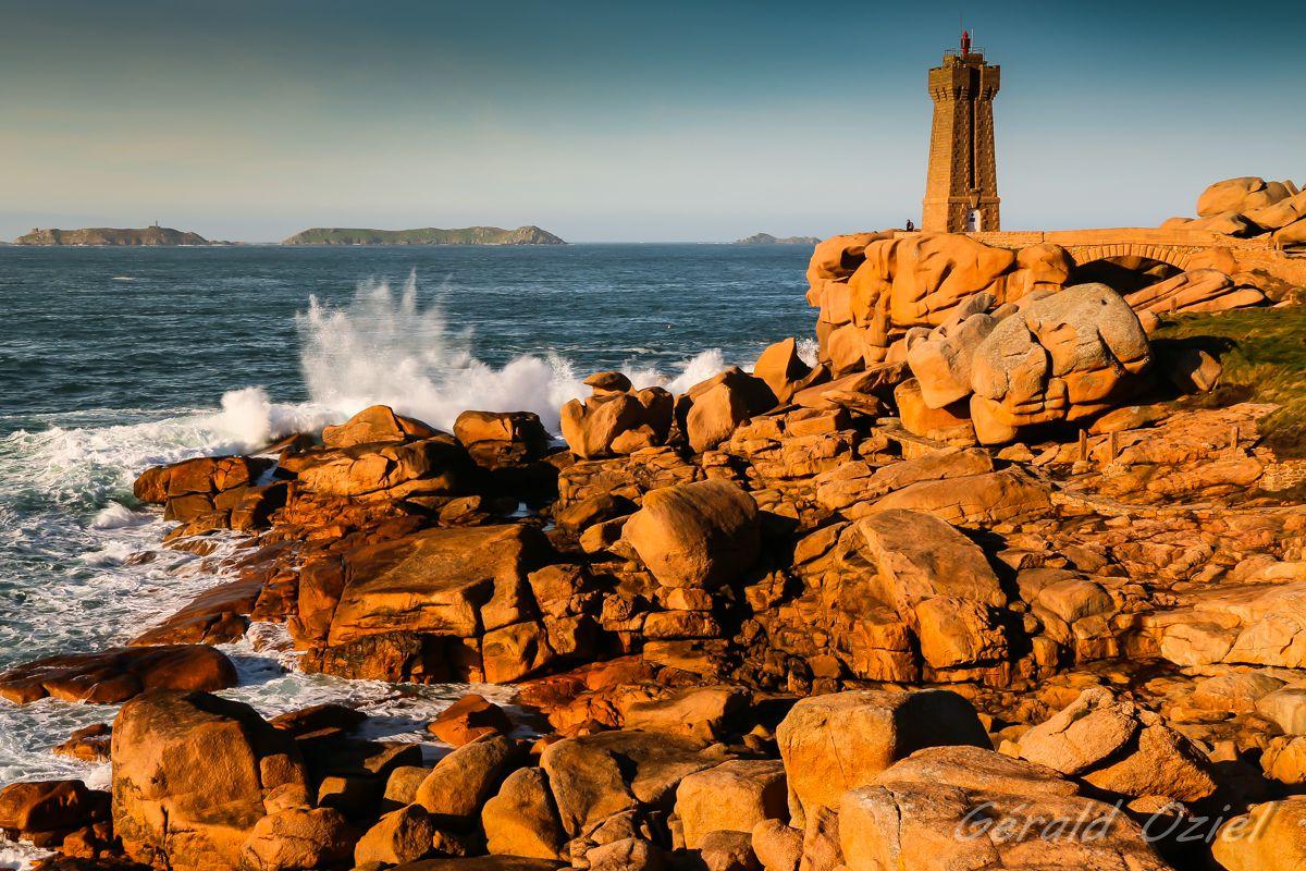 Sur le trajet de la randonnée, le célèbre phare de Mean Ruz. (Photo: G. OZIEL. Copie interdite)