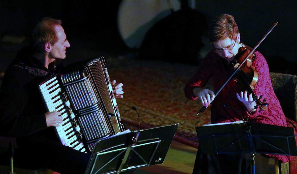 Das Hot & Cool-Quintett mit den Veitshöchheimern Bernhard und Claudia von der Goltz und Rainer Schwander begeisterte in der Schulaula 120 Konzertbesucher