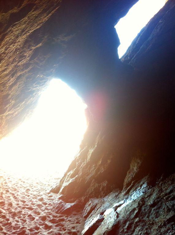 sur la droite de la plage, une grotte magique refuge des ramasseurs de nodules ferreux entre Bélier et Taureau