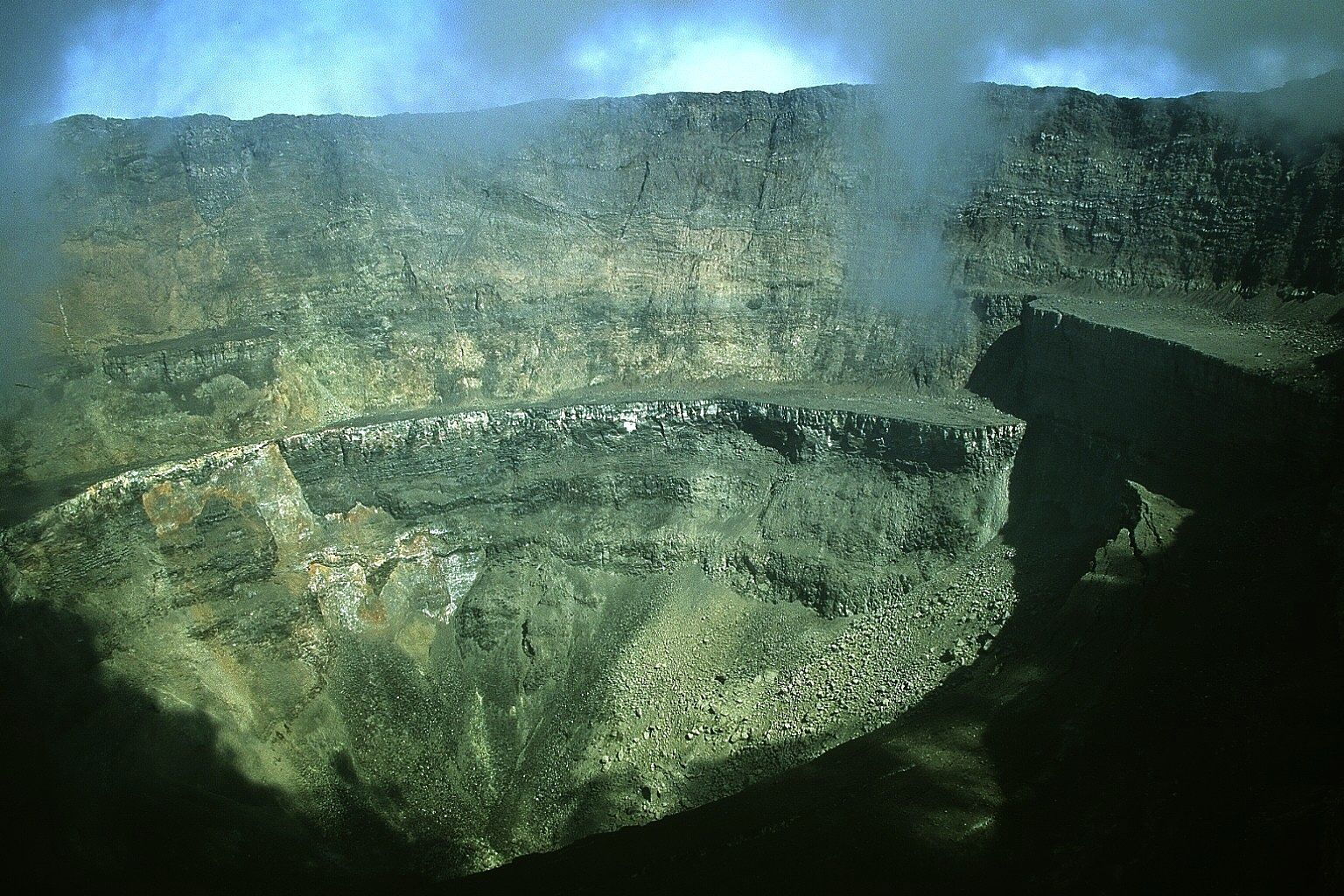 Nyiragongo - the crater after the eruption - photo J. Durieux March 2002
