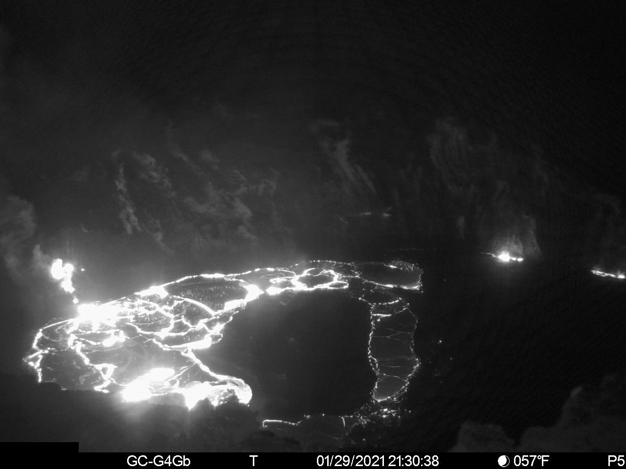Kilauea - Halema'uma'u la ce lava - 01.29.2021 / 9:30 p.m. HST - A north-south trending line of shallow fissures divides the boundary between the active western part (left) and the stagnant eastern part (right) of the lake of Halema'uma'u lava. Lake depth measurements taken on January 28 on both sides of the cracks (near the center) indicate that the eastern part of the lava lake is 4 meters (13 feet) lower than the western part of the lava lake - HVO webcam