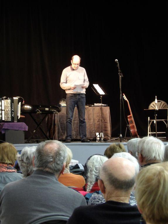 Dominique Robineau à la guitare. Patrick Le Gall au piano et à l'accordéon. Claude Couamme au chant.