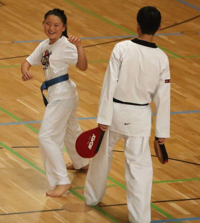 Die TGV bereichert in der Dreifachturnhalle das Schulfest-Programm mit einer Taekwondo-Vorführung