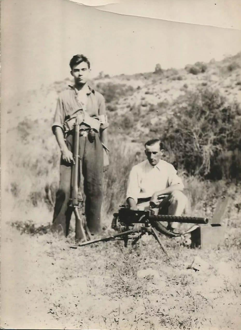 Été 1944, Robert Maestracci fuit Marseille et prend le maquis à côté d'Entrevennes. Debout sur la photo à côté de Fernand Etienne, son chef de section, il devient rapidement le mitrailleur attitré de son groupe de résistants. • © Maestracci/FTV