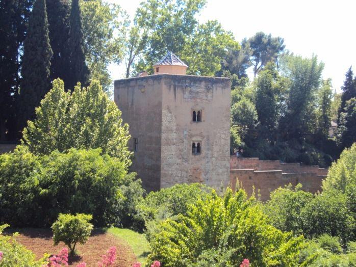 """Si vous passez près de Grenade, n'hésitez pas à visiter l'Alhambra, la """"forteresse rouge"""" héritage des sultants Maures qui envahirent l'Espagne au 8éme siècle. Véritable bijou d'architecture noyé dans une végétation luxuriante et de splendides jardins."""