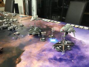 Une partie de la flotte rebelle fonce vers la station pendant que le reste effectue un contournement